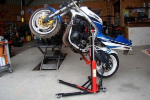abba Sky lift, lifting a GSXR1100 in the wheelie position.