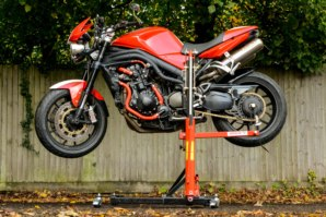 Triumph 1050 Speed Triple in horizontal position on abba Sky Lift