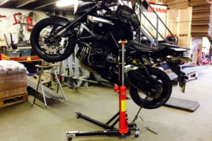 abba Sky lift, lifting a Suzuki B King in the wheelie position.